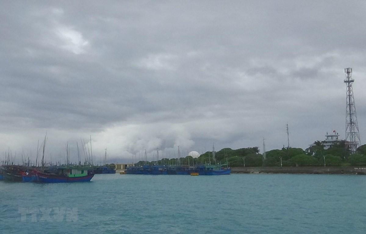 Tàu thuyền của ngư dân được sắp xếp neo đậu tránh trú bão số 6 ở âu tàu Song Tử Tây, huyện đảo Trường Sa, Khánh Hòa. (Ảnh: TTXVN phát)