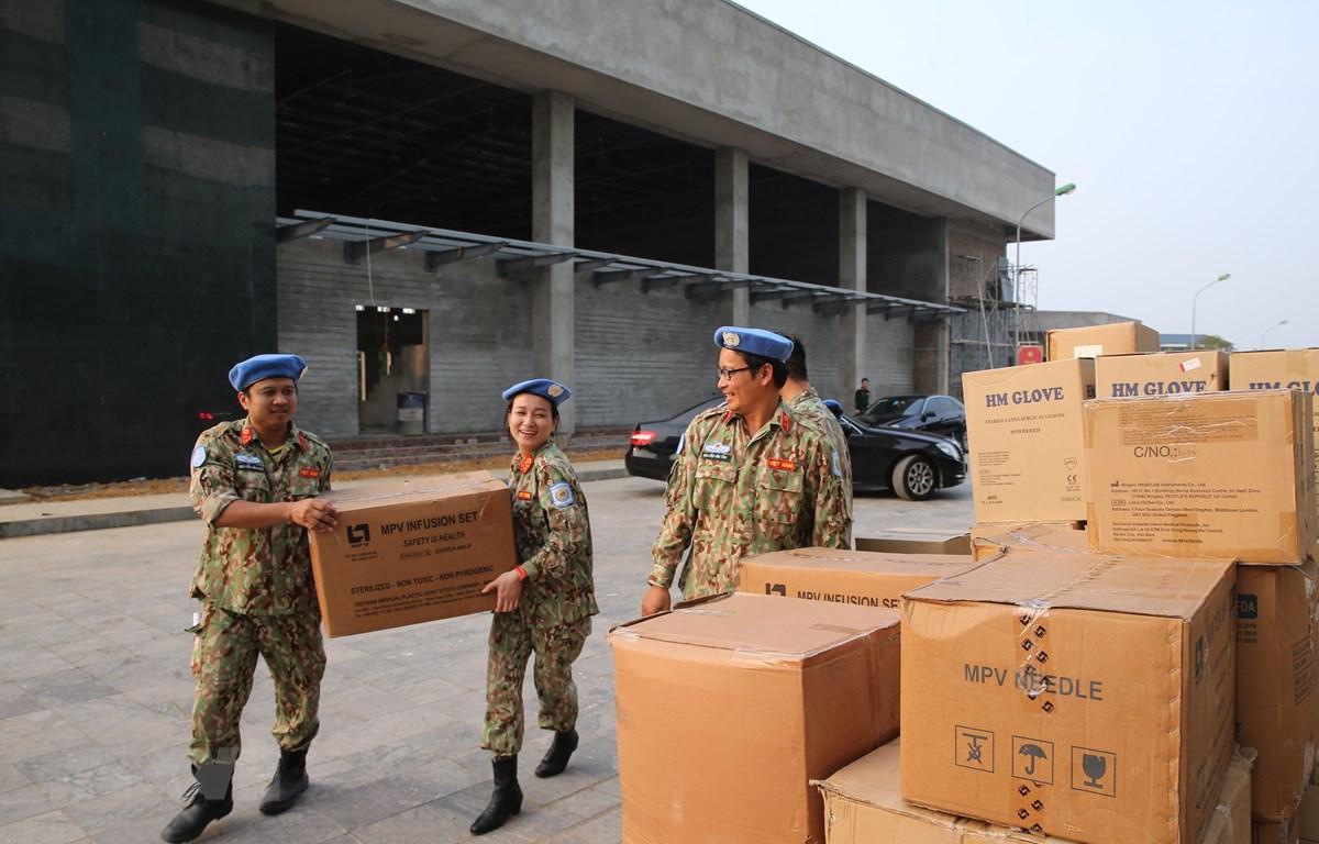 Lực lượng Bệnh viện dã chiến cấp 2 số 2 tập kết trang thiết bị chuẩn bị lên đường tham gia Gìn giữ hoà bình Liên hợp quốc. (Ảnh: Dương Giang/TTXVN)
