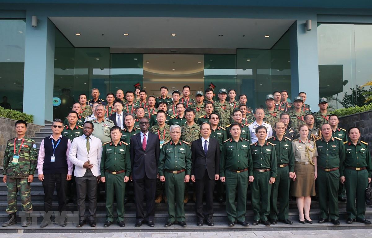 Thượng tướng Nguyễn Chí Vịnh và các chuyên gia chụp ảnh lưu niệm. (Ảnh: Dương Giang/TTXVN)