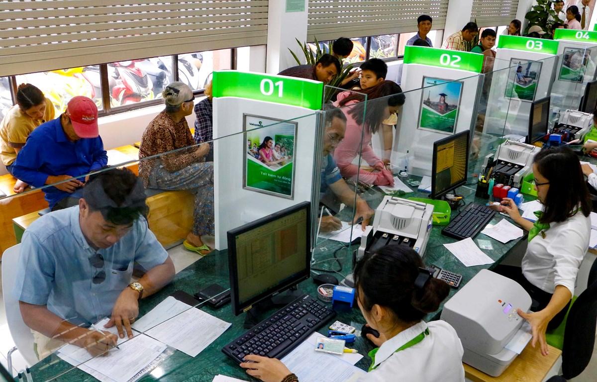 Khách hàng giao dịch tại Phòng giao dịch Ninh Kiều thuộc Vietcombank Cần Thơ. (Ảnh: Thanh Liêm/TTXVN)