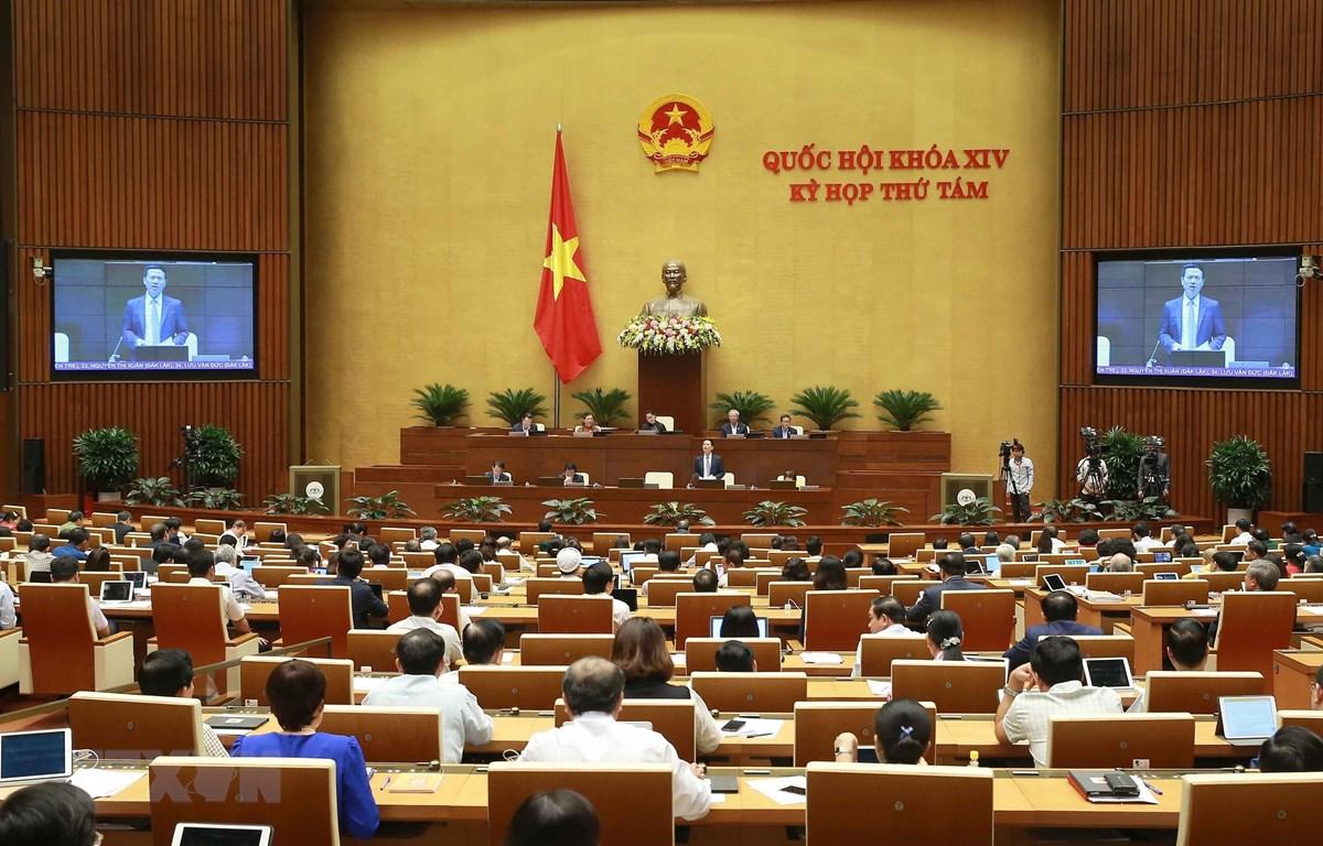 Bộ trưởng Bộ Thông tin và Truyền thông Nguyễn Mạnh Hùng trả lời chất vấn của các đại biểu Quốc hội. (Ảnh: Doãn Tấn/TTXVN)