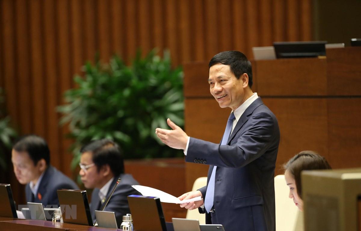 Bộ trưởng Bộ Thông tin và Truyền thông Nguyễn Mạnh Hùng trả lời chất vấn của các đại biểu Quốc hội. (Ảnh: Dương Giang/TTXVN)