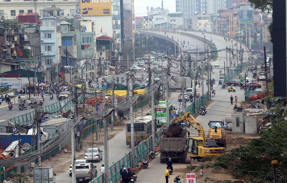 Trên đường Minh Khai đoạn từ cầu Vĩnh Tuy đến cầu Mai Động đã được rào chắn để chuẩn bị thi công phần cầu cạn (nằm trong giải phân cách giữa của tuyến đường). (Ảnh: Huy Hùng/TTXVN)