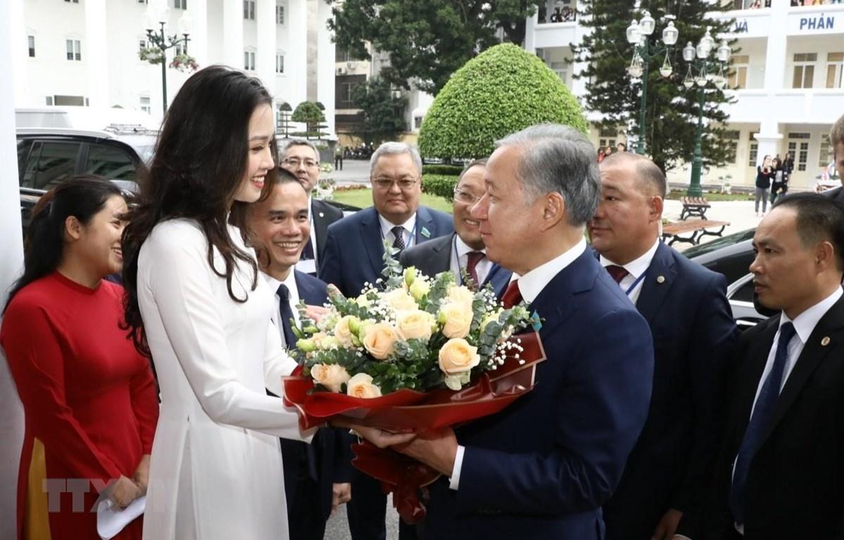Sinh viên Trường Đại học Hà Nội tặng hoa Chủ tịch Hạ viện Cộng hòa Kazakhstan Nurlan Nigmatulin. (Ảnh: Văn Điệp/TTXVN)