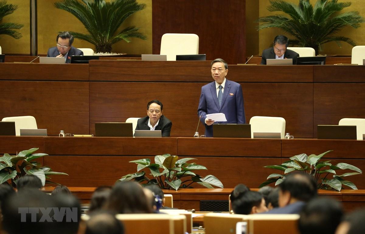 Bộ trưởng Bộ Công an Tô Lâm giải trình ý kiến của đại biểu Quốc hội. (Ảnh: Dương Giang/TTXVN)