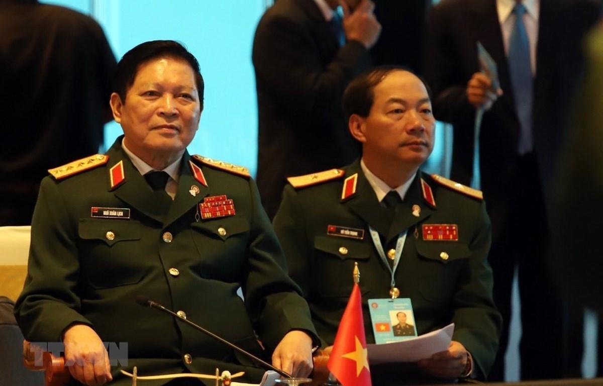 Đại tướng Ngô Xuân Lịch, Bộ trưởng Bộ Quốc phòng (trái) dẫn đầu Đoàn đại biểu quân sự cấp cao Việt Nam tham dự Hội nghị. (Ảnh: Ngọc Quang/TTXVN)