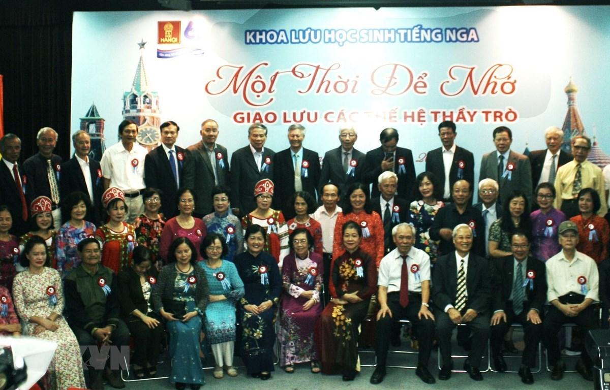 Các cựu cán bộ, giảng viên Khoa Lưu học sinh tiếng Nga. (Ảnh: Quang Vinh/TTXVN)