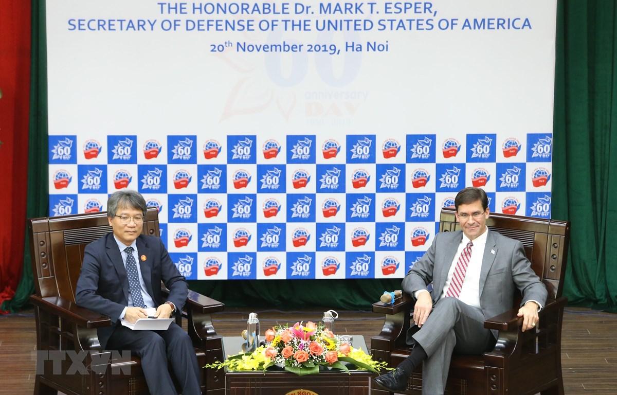 Bộ trưởng Quốc phòng Hoa Kỳ Mark Esper trao đổi với sinh viên Học viện Ngoại giao. (Ảnh: Dương Giang/TTXVN)