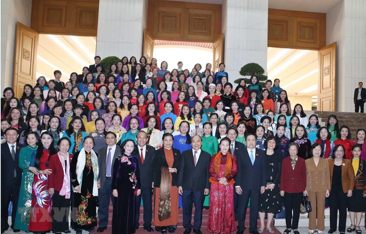 Thủ tướng Nguyễn Xuân Phúc, Chủ tịch Quốc hội Nguyễn Thị Kim Ngân, các đồng chí lãnh đạo, nguyên lãnh đạo Đảng, Nhà nước và các đại biểu nữ Quốc hội khoá XIV. (Ảnh: Thống Nhất/TTXVN)
