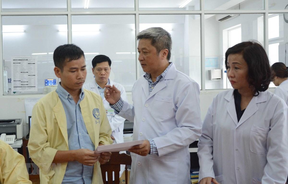 Bộ Y tế hỗ trợ tiền cho gia đình sản phụ đang chữa trị tại bệnh viện Đà Nẵng. (Ảnh: Văn Dũng/TTXVN)