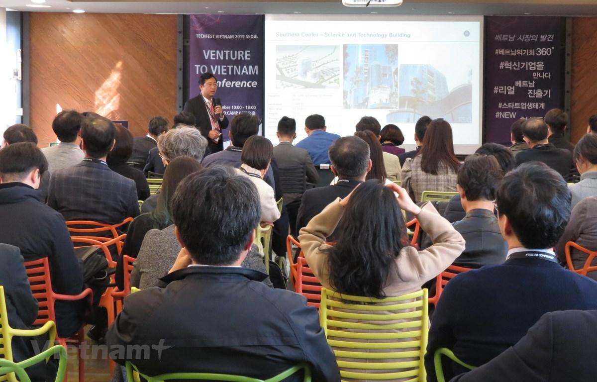 Ông Phạm Hồng Quất - Cục trưởng Cục Phát triển thị trường và doanh nghiệp Bộ Khoa học Công nghệ phát biểu với các nhà đầu tư Hàn Quốc tại Seoul. (Ảnh: Mạnh Hùng/Vietnam+)