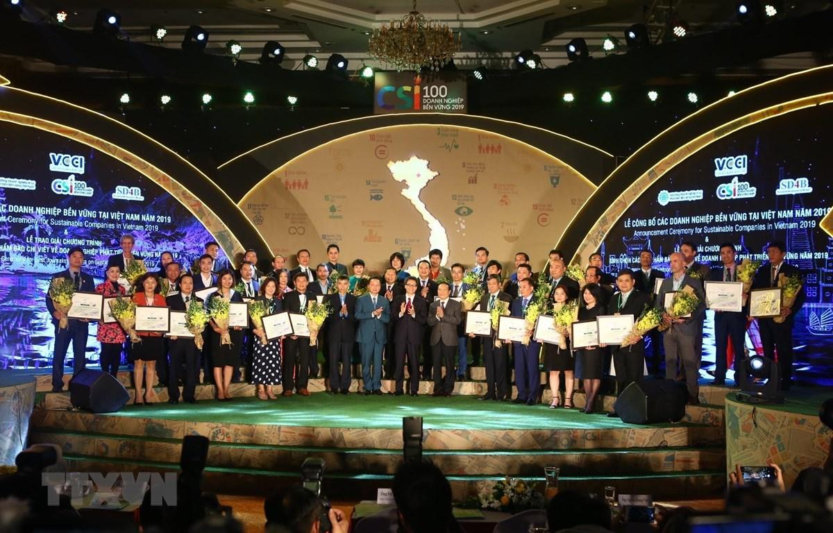 Công bố và trao chứng nhận cho 40 doanh nghiệp bền vững 2019. (Ảnh: Minh Quyết/TTXVN)