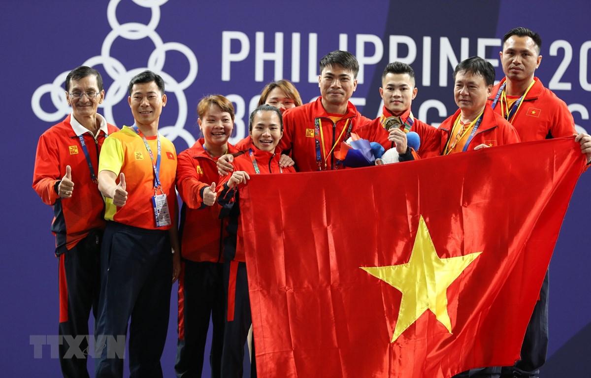 Lại Gia Thành giành tấm Huy chương Vàng ở hạng cân 55kg nam môn cử tạ. (Ảnh: Hoàng Linh/TTXVN)