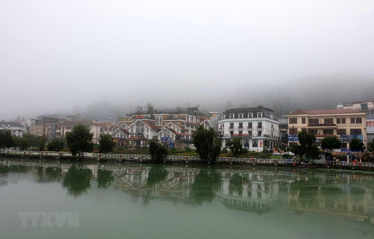 Thị trấn Sa Pa chìm trong sương mù và giá lạnh. (Ảnh: Quốc Khánh/TTXVN)