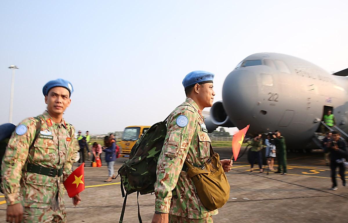 Cán bộ, chiến sĩ Bệnh viện dã chiến cấp 2 số 2 lên máy bay vận tải quân sự Boeing C-17 Globemaster III sang Nam Sudan làm nhiệm vụ. (Ảnh: Dương Giang/TTXVN)