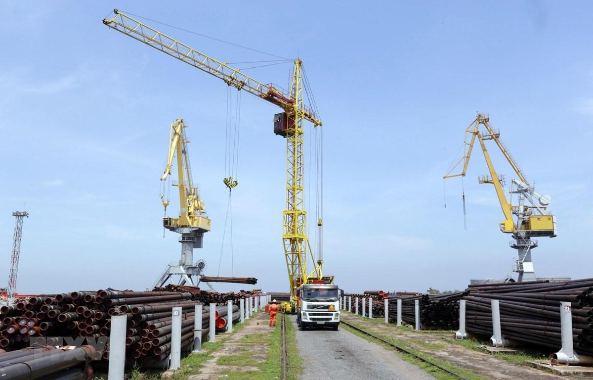 Hoạt động bốc xếp hàng hóa, thiết bị tại Cảng Vietsovpetro. (Ảnh: Anh Tuấn/TTXVN)