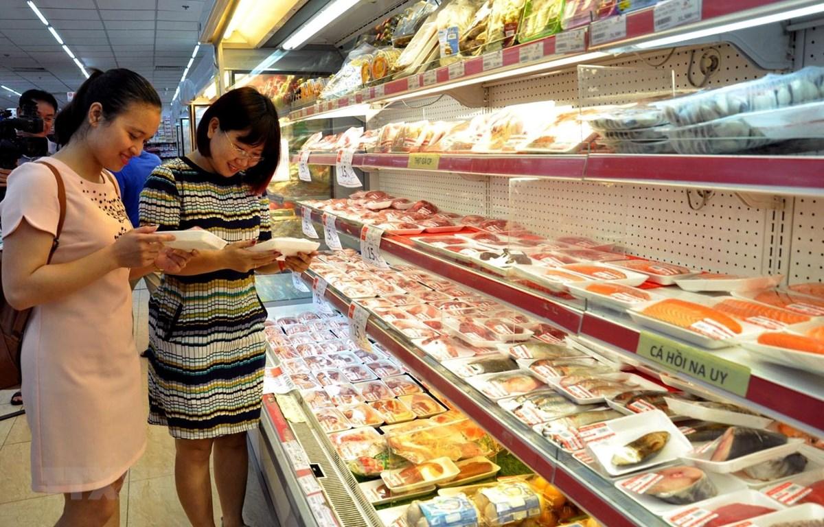 Người tiêu dùng mua thịt lợn tại siêu thị Hapro Mart Thanh Xuân. (Ảnh: Đỗ Phương Anh/TTXVN)