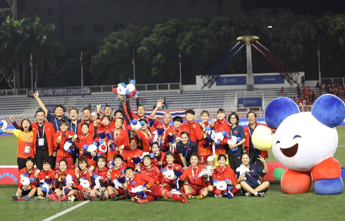 Các cầu thủ tuyển nữ Việt Nam lần thứ 6 vô địch SEA Games. (Ảnh: TTXVN)