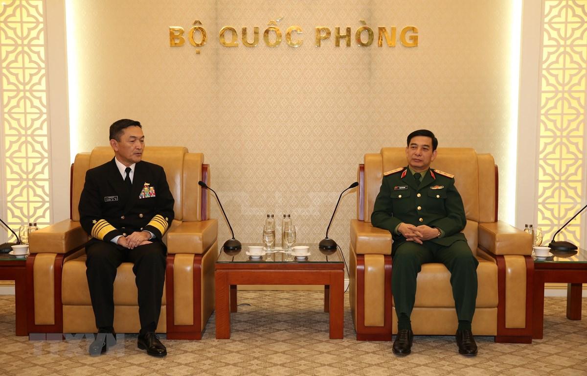 Thượng tướng Phan Văn Giang, Tổng Tham mưu trưởng Quân đội nhân dân Việt Nam, Thứ trưởng Bộ Quốc phòng tiếp Đô đốc Yamamura Hiroshi, Tư lệnh Hải quân Nhật Bản. (Ảnh TTXVN phát)