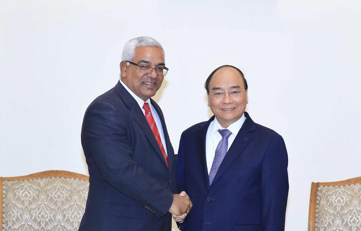 Thủ tướng Nguyễn Xuân Phúc tiếp Bộ trưởng Bộ Tư pháp Cuba Oscar Manuel Silveira Martinez đang có chuyến thăm và làm việc tại Việt Nam. (Ảnh: Thống Nhất/TTXVN)
