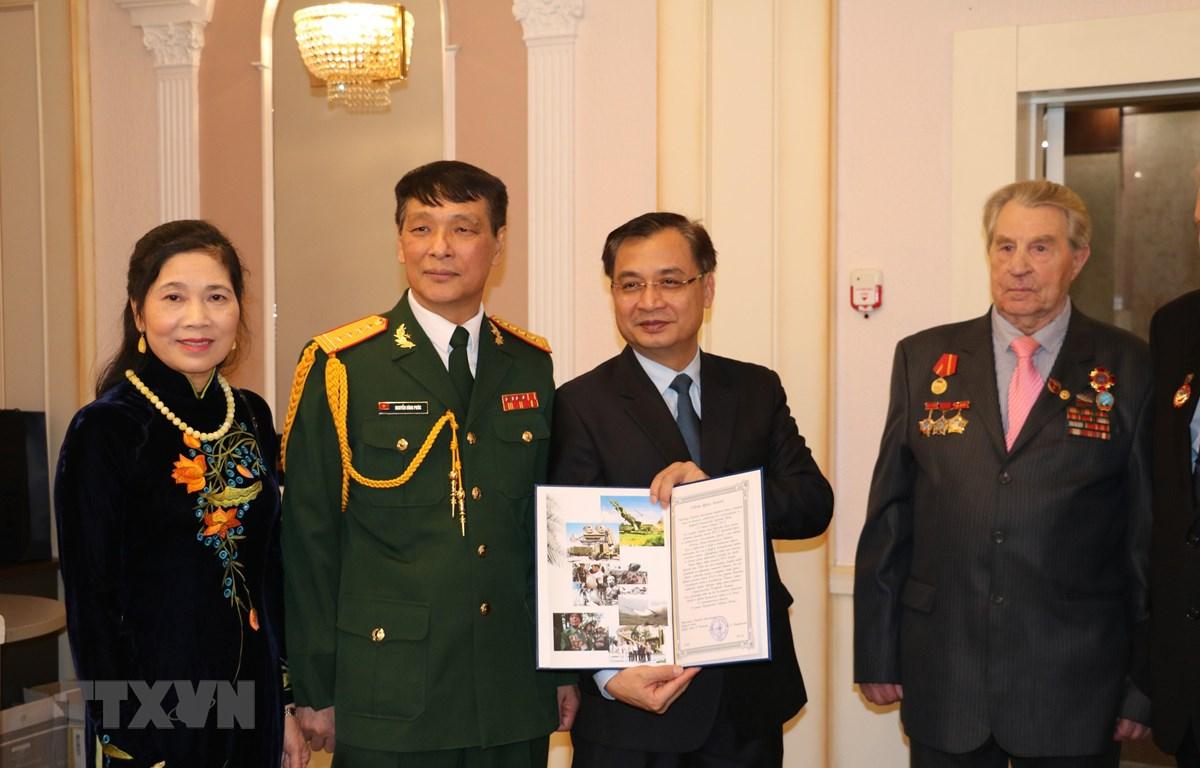Đại sứ Đặc mệnh toàn quyền Việt Nam tại Ukraine và Moldova Nguyễn Anh Tuấn giới thiệu Sách Trắng. (Ảnh: Duy Trinh/TTXVN)