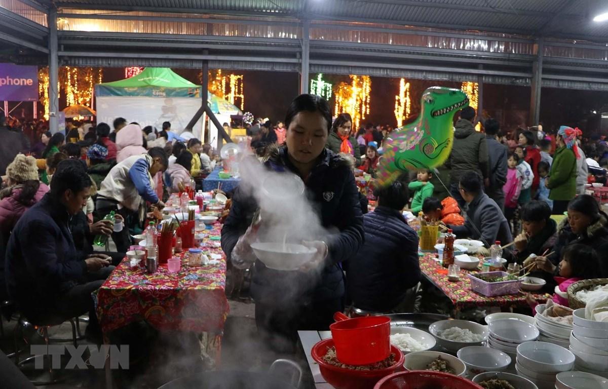 Món phở làm từ bánh phở do người dân bản địa chế biến làm thủ công thu hút nhiều du khách thưởng thức tại chợ đêm Sang Thàng. (Ảnh: Quý Trung/TTXVN)