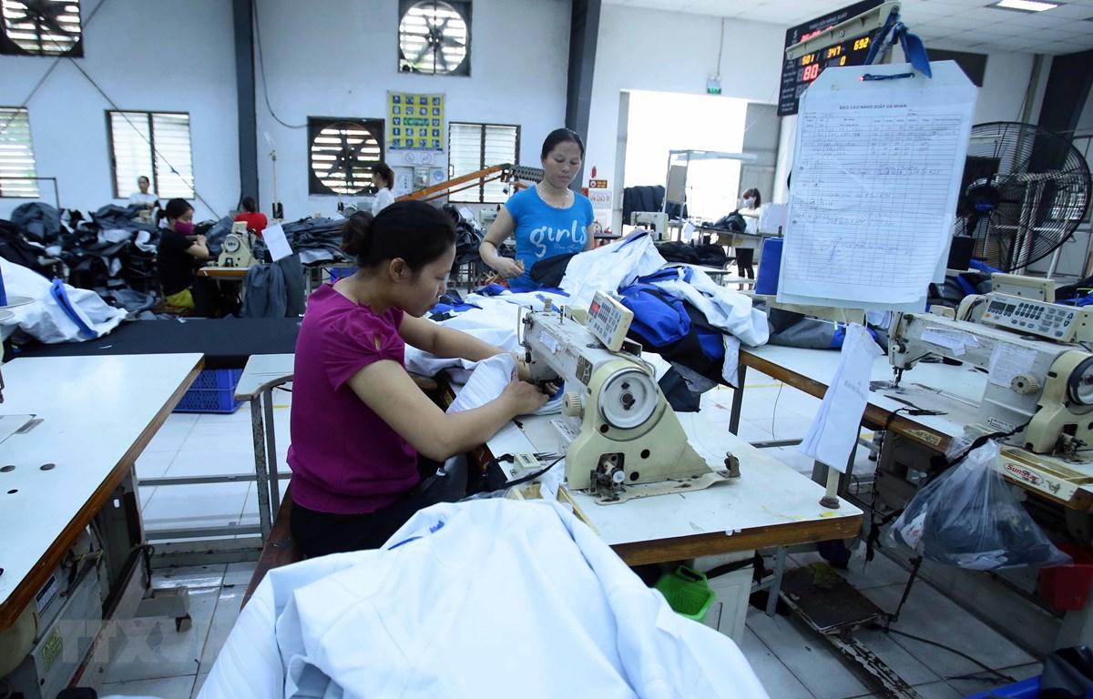 Công nhân sản xuất hàng may mặc tại Công ty TNHH Kydo (Khu công nghiệp phố nối A, Hưng Yên). (Ảnh: Phạm Kiên/TTXVN)
