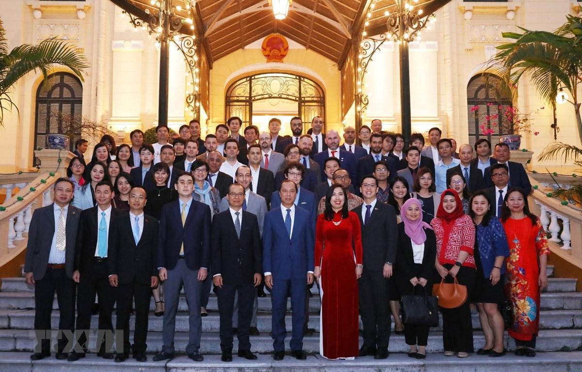 Thứ trưởng Bộ Ngoại giao Nguyễn Quốc Dũng với phóng viên, đại diện các cơ quan thông tấn, báo chí nước ngoài làm việc tại Việt Nam. (Ảnh: Lâm Khánh/TTXVN)