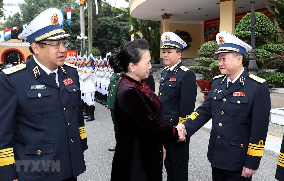 Chủ tịch Quốc hội Nguyễn Thị Kim Ngân với cán bộ, sỹ quan chỉ huy Quân chủng Hải quân. (Ảnh: Trọng Đức - TTXVN)