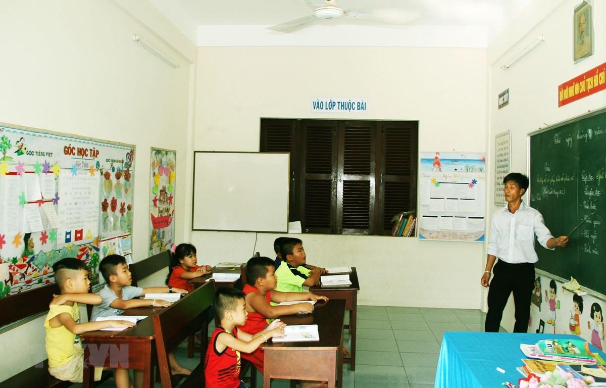 Một giờ học của học sinh lớp ghép trên đảo Song Tử Tây. (Ảnh: Trần Quang Vinh/TTXVN)