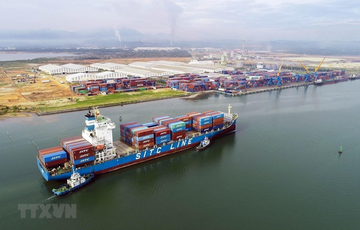 Tàu 22.000 tấn vào bốc xếp hàng hóa tại cảng Chu Lai. (Ảnh: TTXVN)