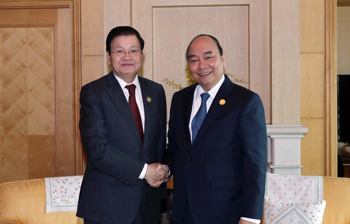 Thủ tướng Nguyễn Xuân Phúc gặp Thủ tướng Lào Thongloun Sisoulith tại Busan, Hàn Quốc. (Ảnh: Thống Nhất/TTXVN)
