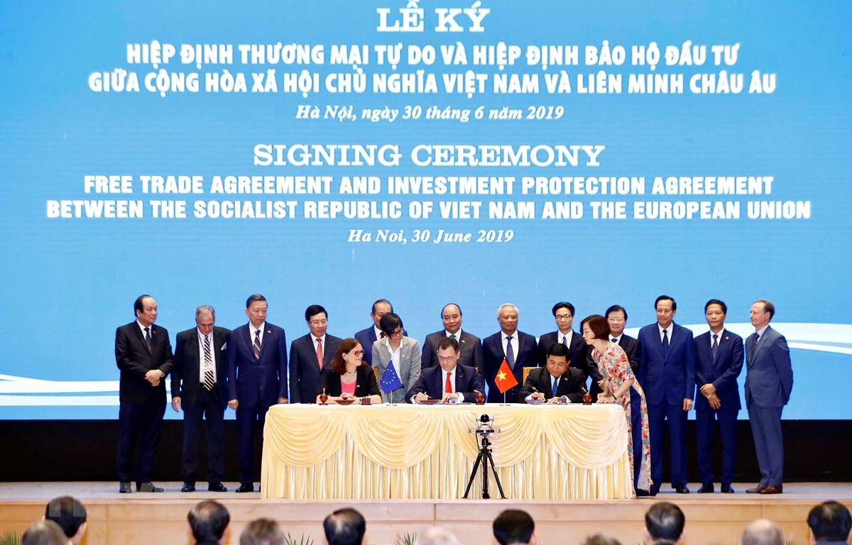 Thủ tướng Nguyễn Xuân Phúc chứng kiến Lễ ký Hiệp định Bảo hộ Đầu tư Việt Nam (EVIPA) giữa Việt Nam và Liên minh Châu Âu. (Ảnh: Thống Nhất/TTXVN)