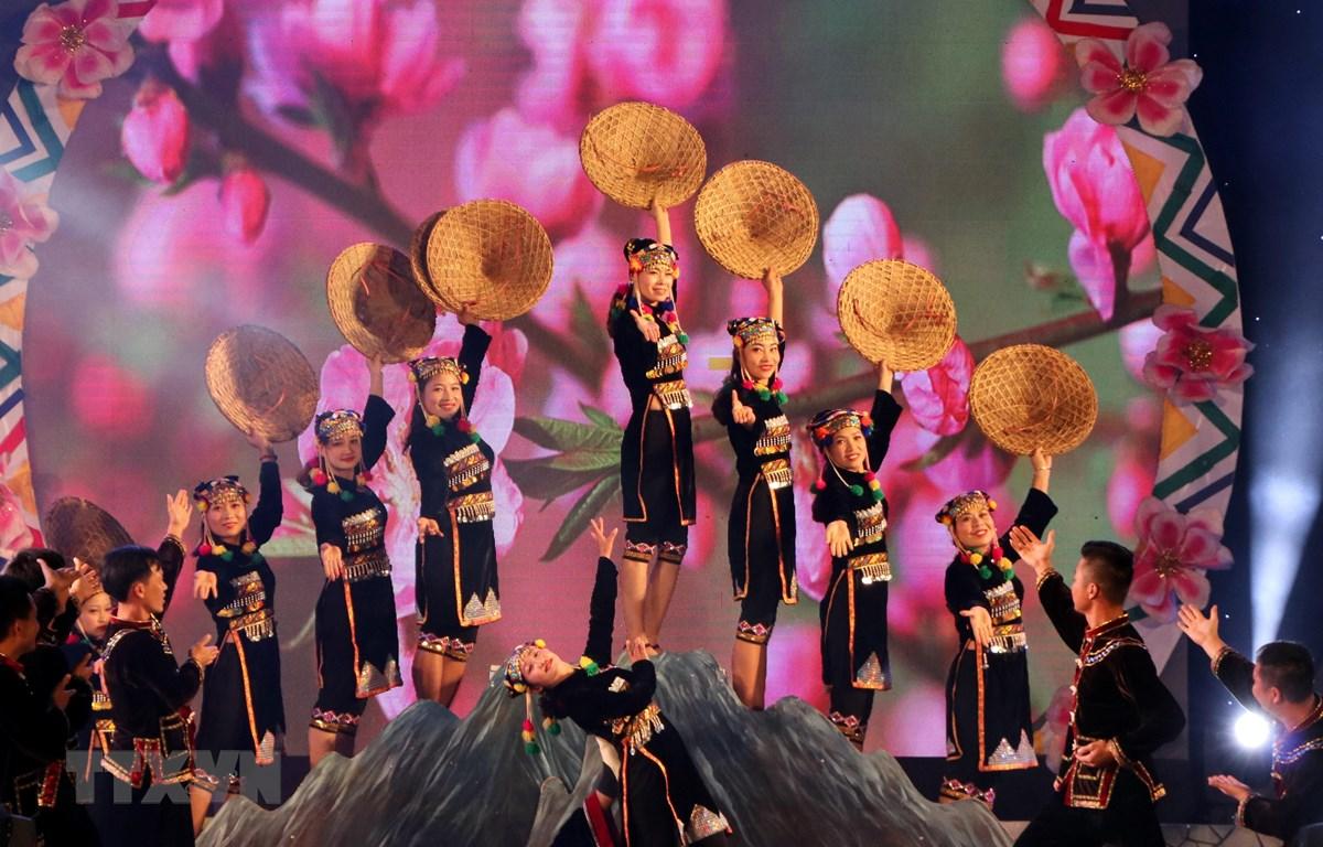 Một tiết mục văn nghệ đậm bản sắc dân tộc tại lễ bế mạc. (Ảnh: Việt Hoàng/TTXVN)