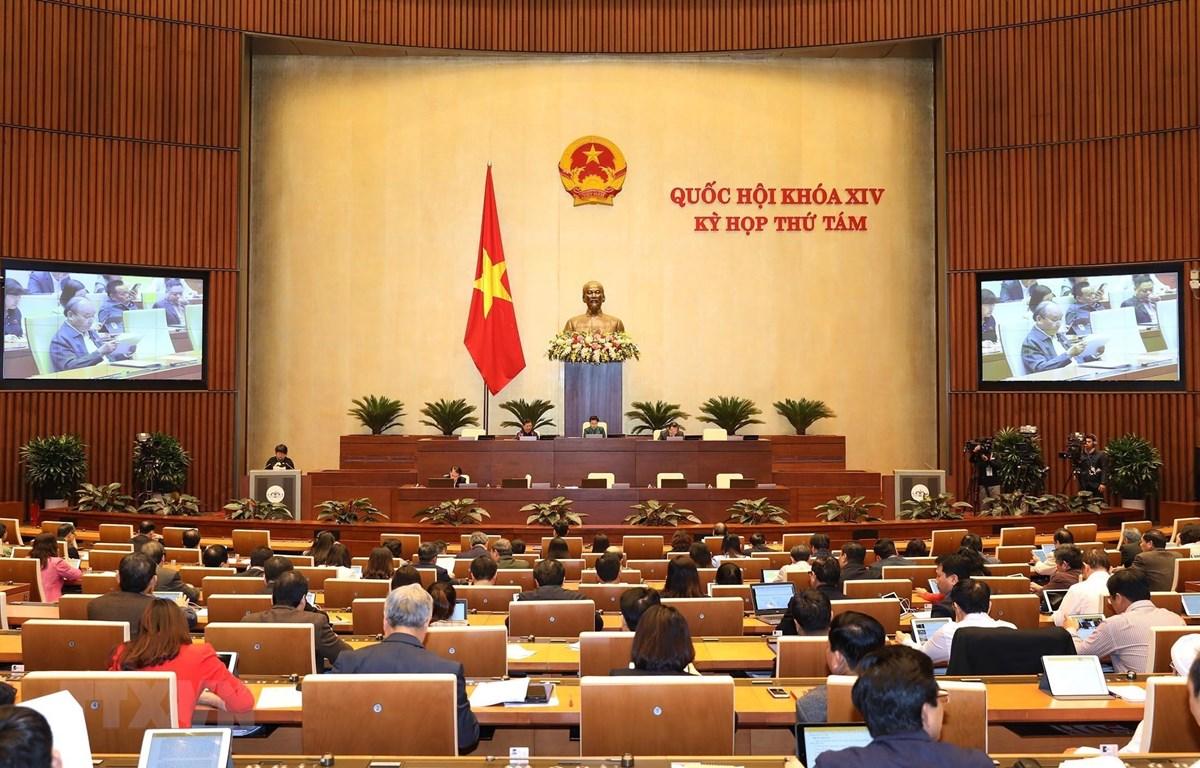 Quốc hội họp phiên toàn thể tại hội trường để biểu quyết thông qua Bộ luật Lao động (sửa đổi). (Ảnh: TTXVN)