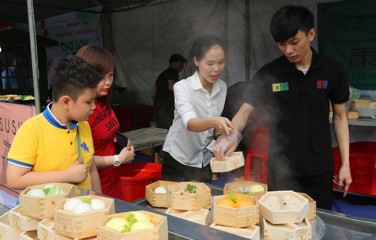 Đông đảo thực khách đến tham quan và thưởng thức món bánh bao xá xíu tại Lễ hội. (Ảnh: Thanh Vũ/TTXVN)
