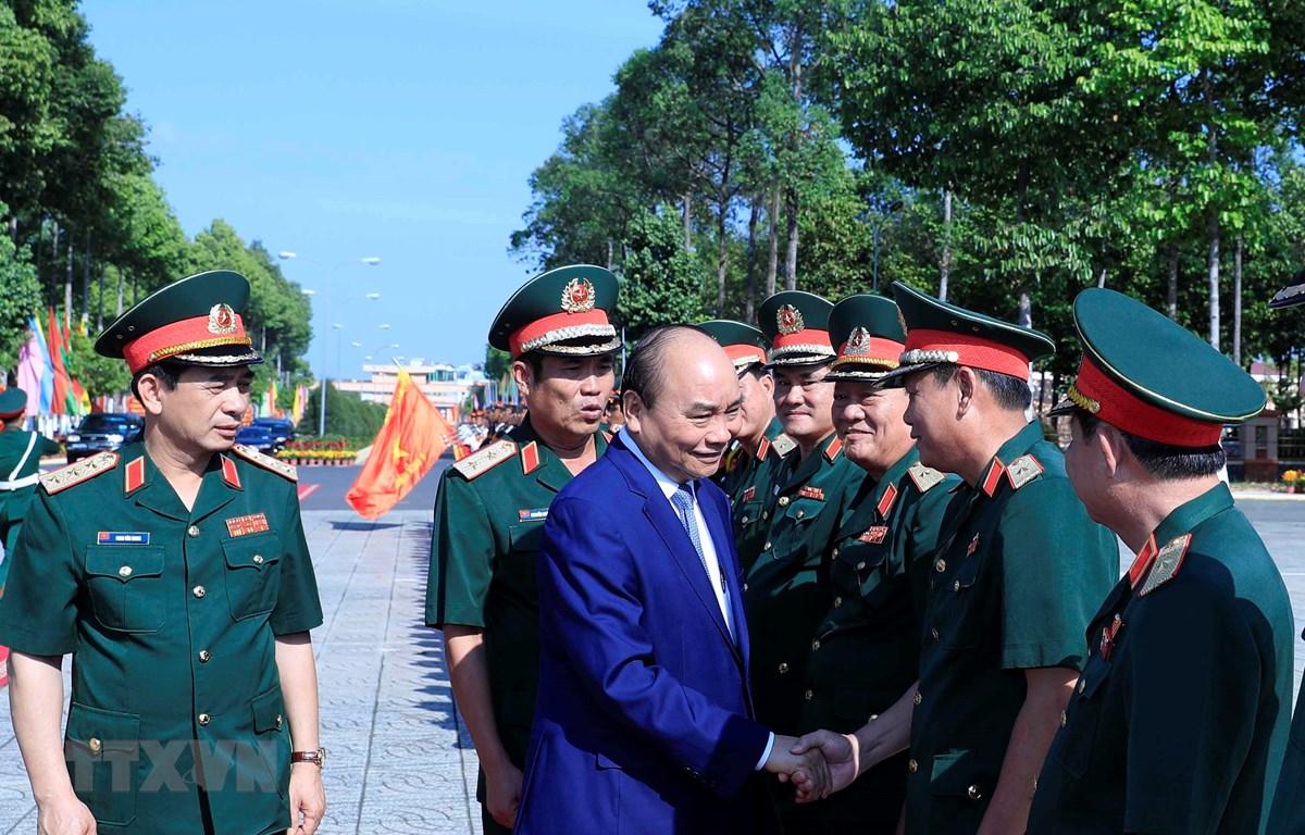 Thủ tướng Nguyễn Xuân Phúc với các cán bộ, sỹ quan chỉ huy của Bộ Tư lệnh Quân khu 9. (Ảnh: Thống Nhất/TTXVN)