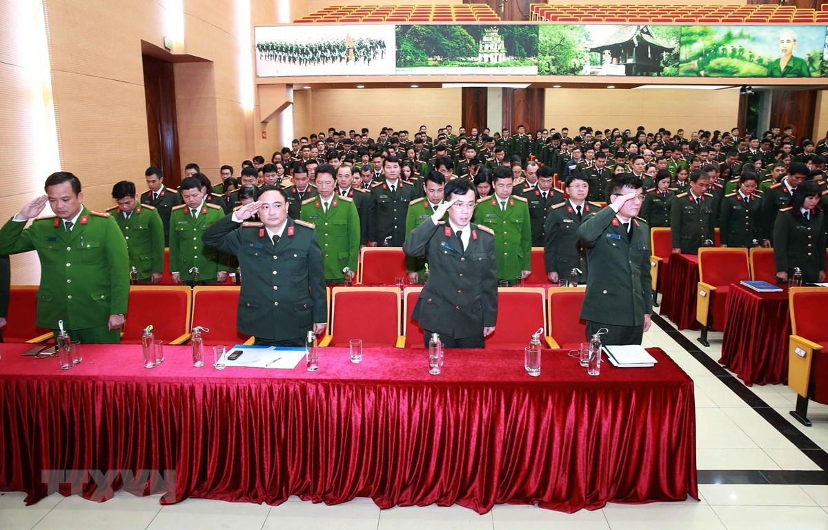 Các đại biểu và cán bộ, chiến sỹ Công an TP. Hà Nội dành một phút tưởng niệm 3 liệt sỹ Công an nhân dân hy sinh tại xã Đồng Tâm. (Ảnh: Doãn Tấn/TTXVN)