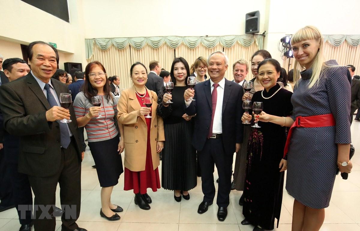 Các đại sứ, đại biện đại diện các nước, các tổ chức quốc tế và cácTổ chức phi chính phủ nước ngoài tại Việt Nam tại buổi gặp mặt. (Ảnh: Văn Điệp/TTXVN)