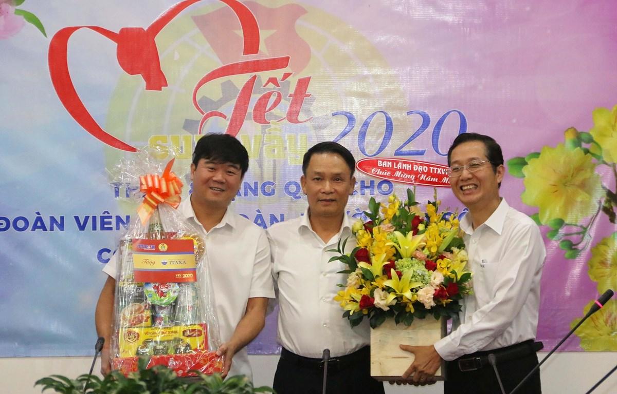 Tổng Giám đốc Thông Tấn xã Việt Nam Nguyễn Đức Lợi trao quà Tết cho đại diện Công ty Itaxa. (Ảnh: Thanh Vũ/TTXVN)