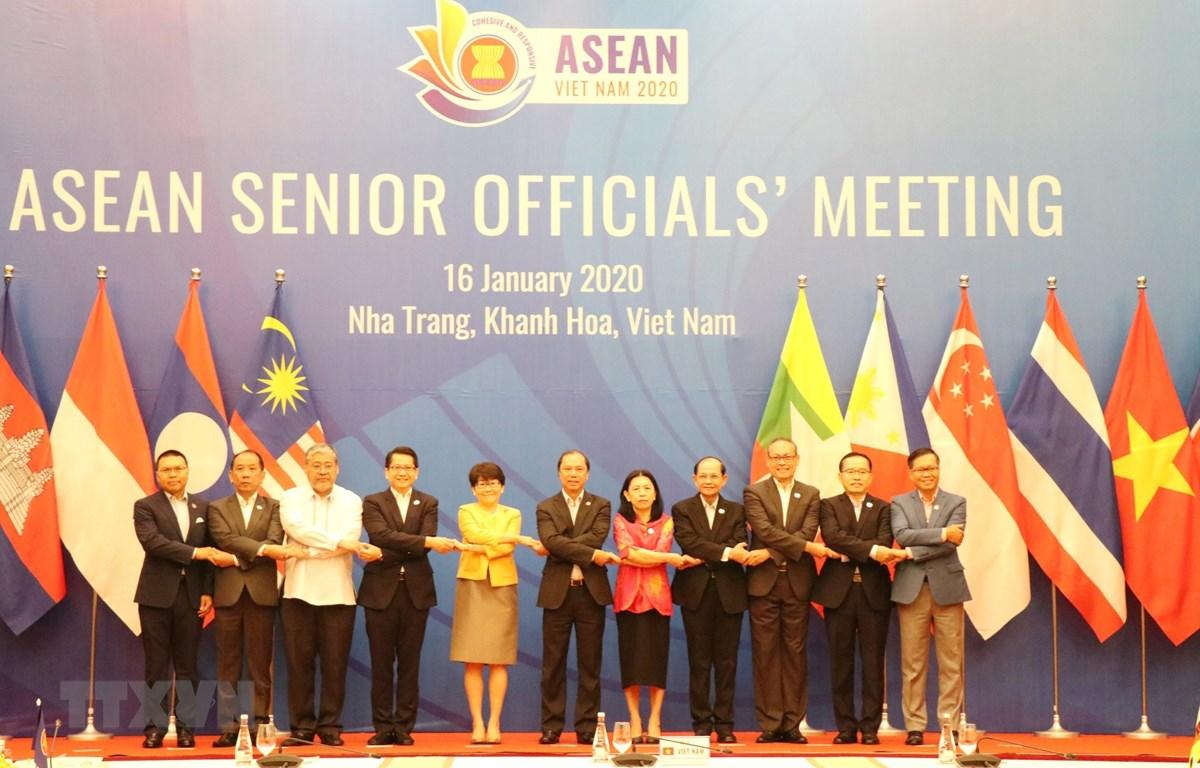 Trưởng SOM các nước ASEAN chụp ảnh lưu niệm. (Ảnh: Tiên Minh/TTXVN)