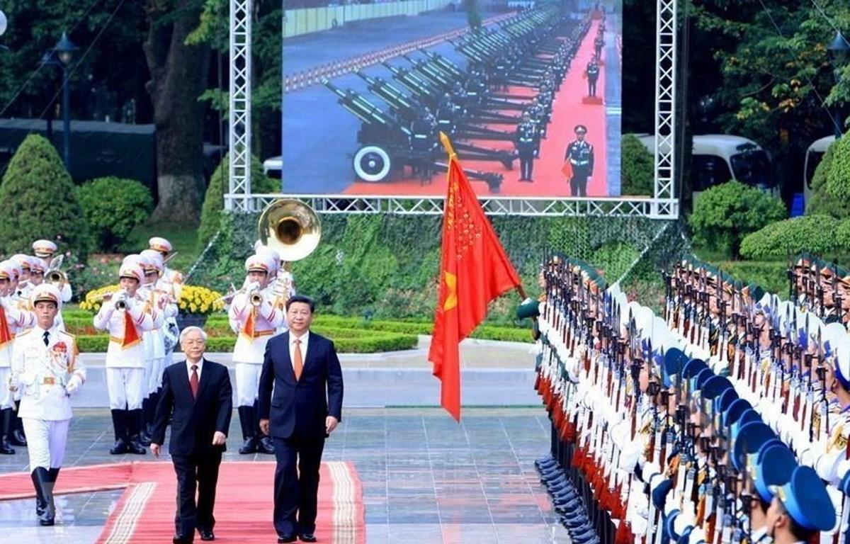 Tổng Bí thư Nguyễn Phú Trọng và Tổng Bí thư, Chủ tịch Trung Quốc Tập Cận Bình duyệt Đội danh dự Quân đội nhân dân Việt Nam tại Lễ đón ở Phủ Chủ tịch, trong chuyến thăm cấp Nhà nước tới Việt Nam từ ngày 12-13/11/2017. (Ảnh: Thống Nhất/TTXVN)