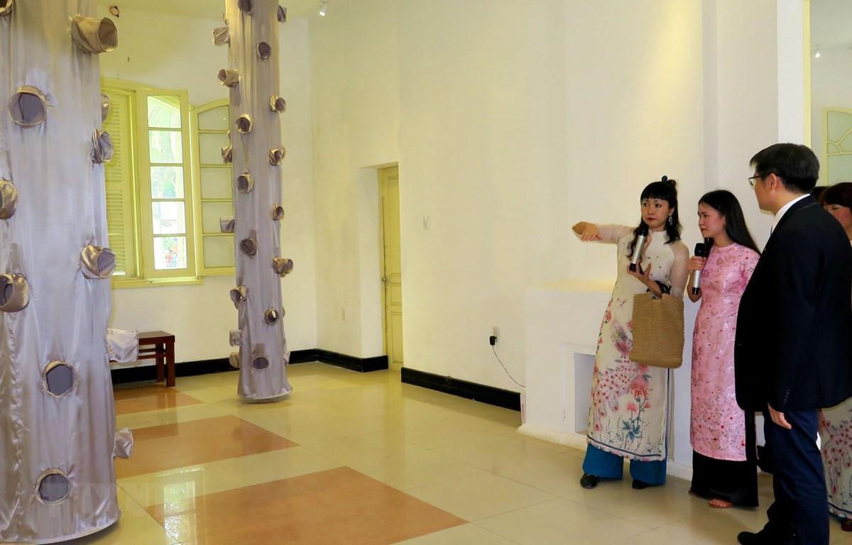 Nghệ sỹ Yumiko Ono giới thiệu về các tác phẩm của mình. (Ảnh: Tường Vi/TTXVN)