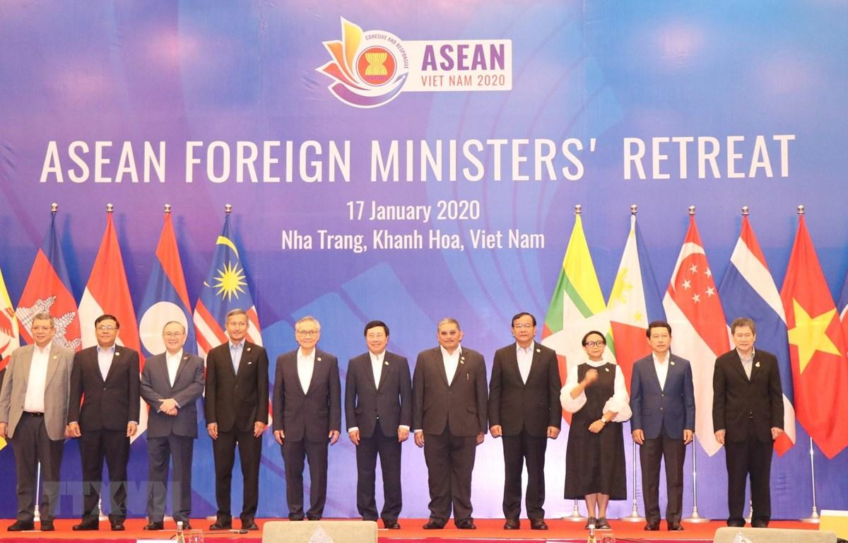 Phó Thủ tướng, Bộ trưởng Bộ Ngoại giao Phạm Bình Minh và các đại biểu chụp ảnh chung. (Ảnh: Tiên Minh/TTXVN)