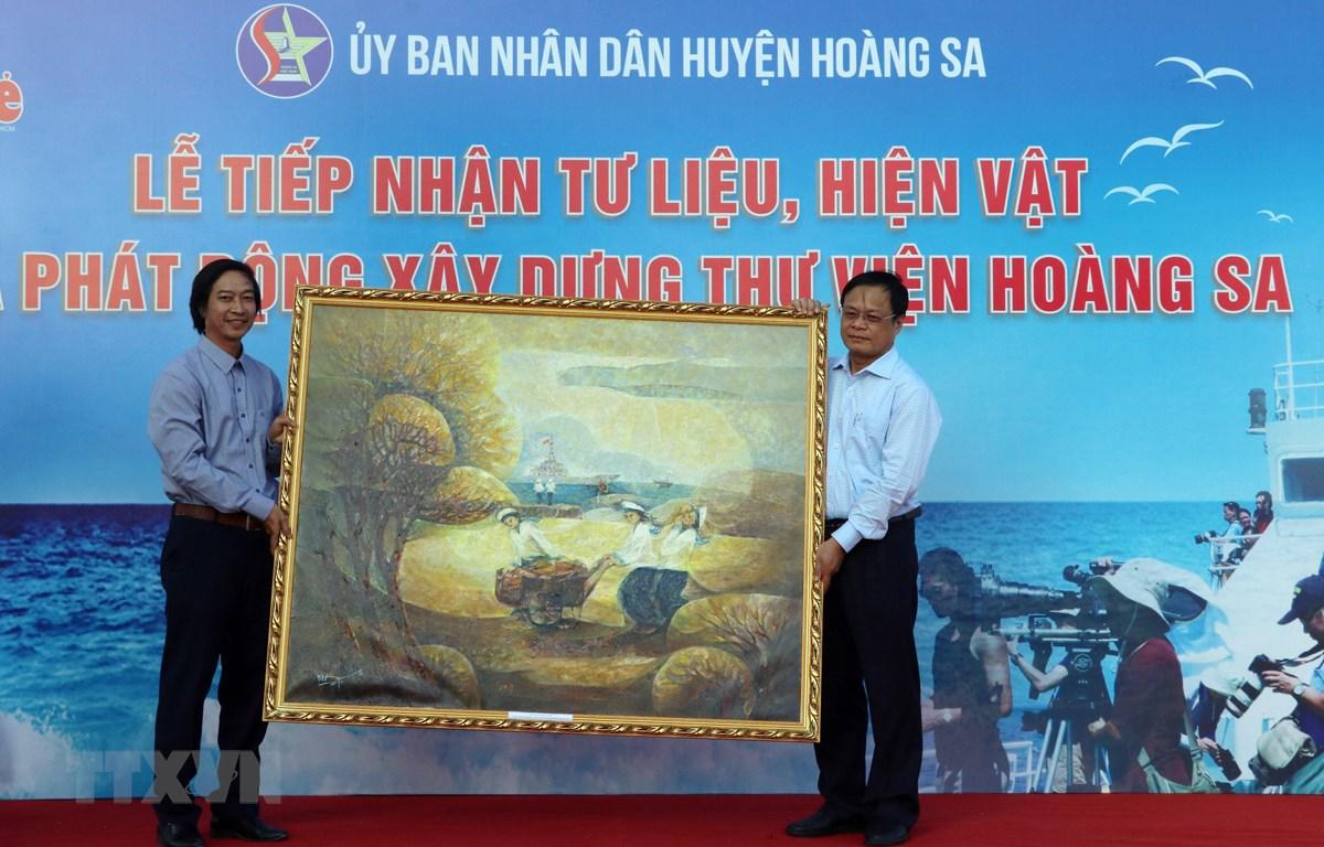 Các tổ chức, cá nhân trao tặng tư liệu, hiện vật cho Chủ tịch UBND huyện Hoàng Sa Võ ngọc Đồng. (Ảnh: Trần Lê Lâm/TTXVN)