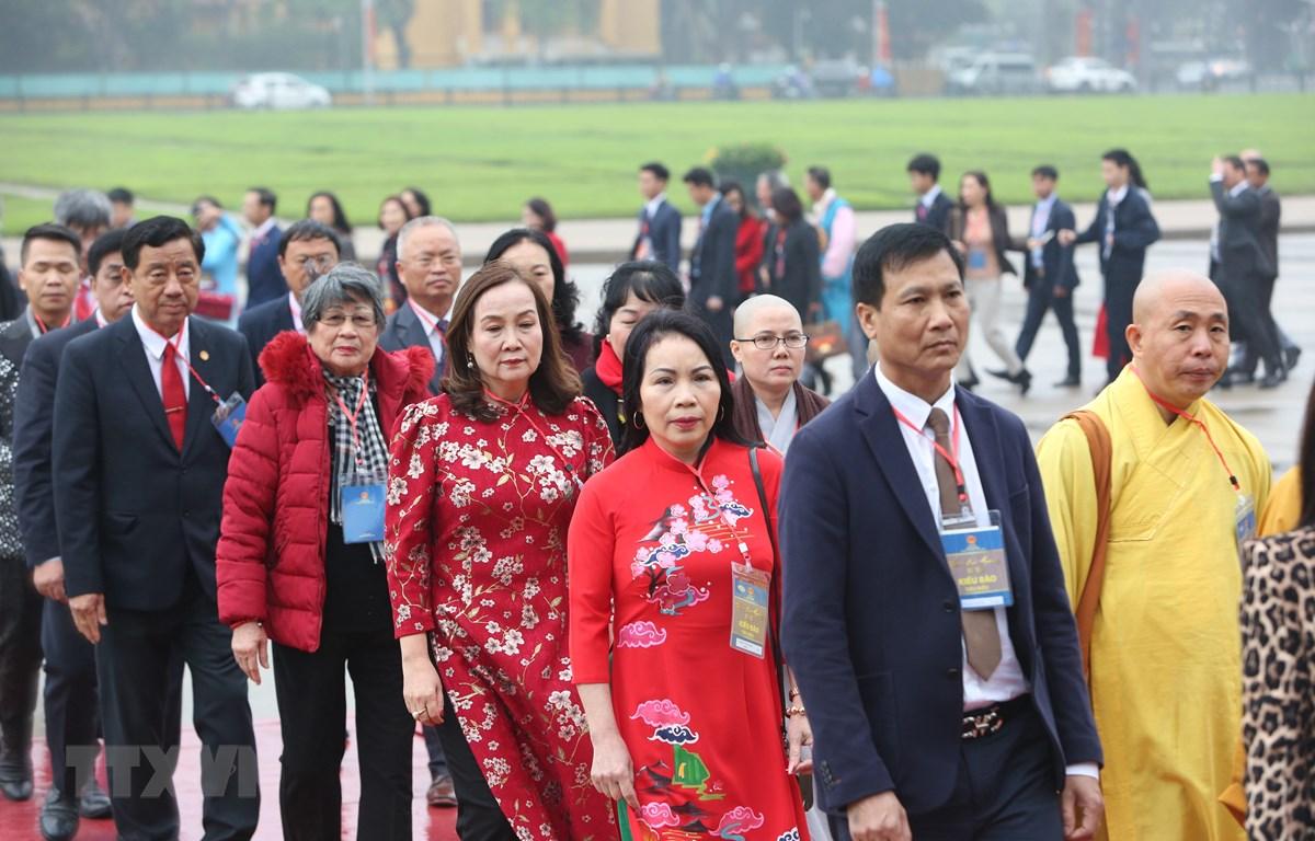 Đoàn Kiều bào tiêu biểu dự Xuân quê hương đặt vòng hoa và vào Lăng viếng Chủ tịch Hồ Chí Minh. (Ảnh: Dương Giang/TTXVN)