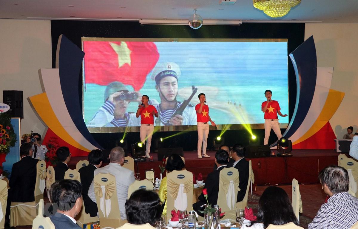 Biểu diễn nghệ thuật trong buổi gặp mặt kiều bào về quê đón Tết năm 2020 tại Đà Nẵng. (Ảnh: Trần Lê Lâm/TTXVN)