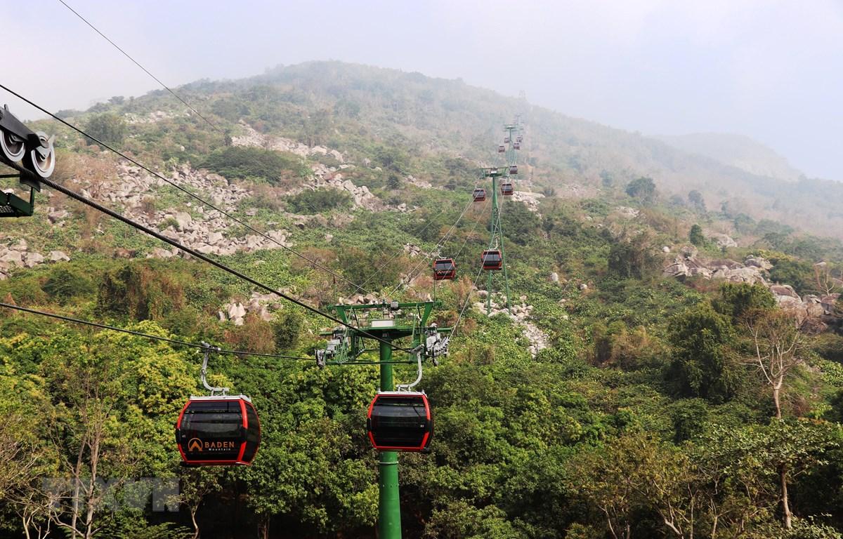Ga cáp treo đưa du khách lên đỉnh núi Bà Đen vừa mới khánh thành, đưa vào sử dụng. (Ảnh: Lê Đức Hoảnh/TTXVN)