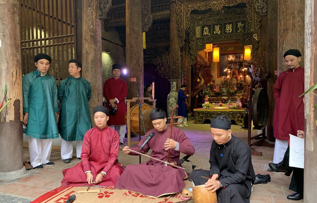 Trình diễn hát văn tại Tết phố. (Ảnh: Đinh Thuận/TTXVN)