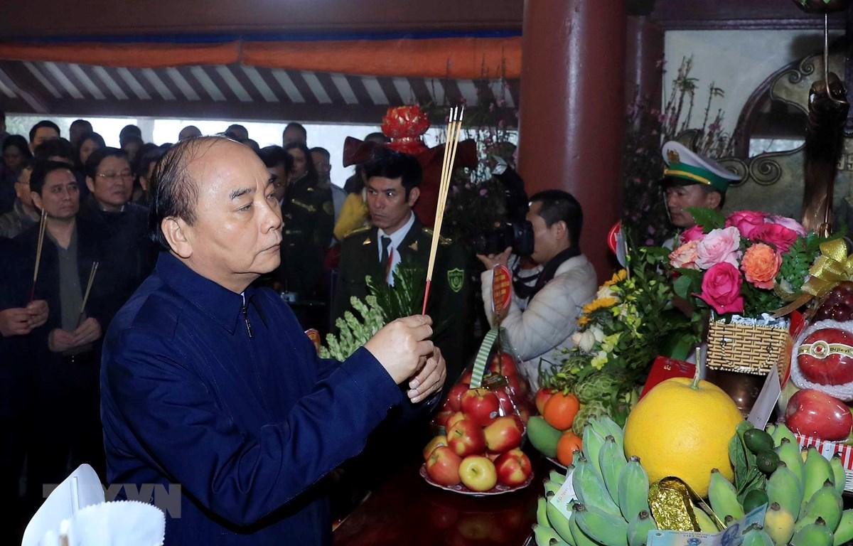 Thủ tướng Nguyễn Xuân Phúc dâng hương tưởng niệm Chủ tịch Hồ Chí Minh tại Đền thờ Bác Hồ trên Đỉnh Vua, Vườn quốc gia Ba Vì, Hà Nội. (Ảnh: Thống Nhất/TTXVN)